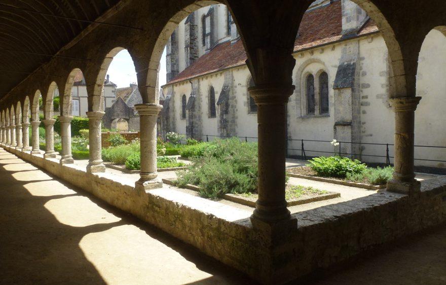 Le cloître et le jardin médiéval de Donnemarie-Dontilly, proche de Provins