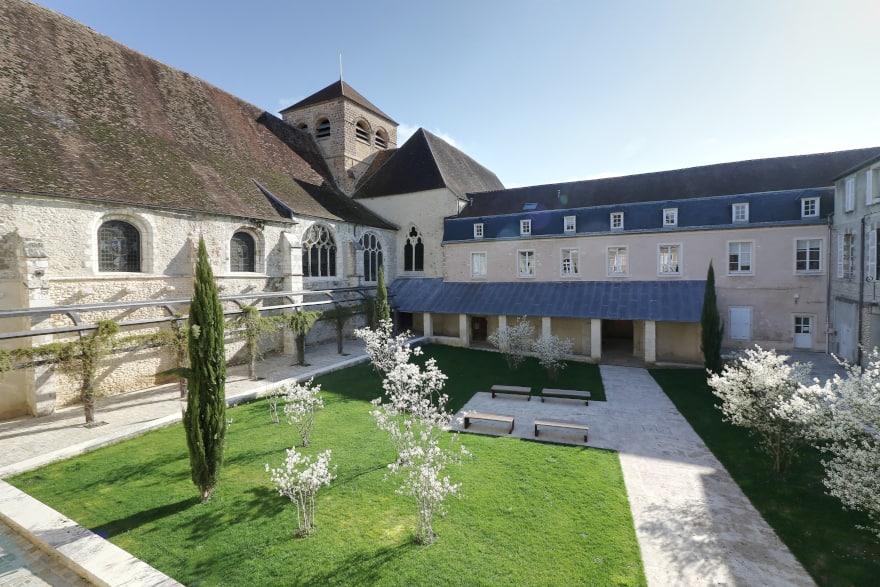 Le jardin du Prieuré Saint-Ayoul, ensemble historique millénaire à Provins